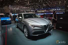 Fram/Sida av Alfa Romeo Stelvio 2.0 TBi Q4 Automatic, 280ps, 2017 på Geneva Motor Show 2017