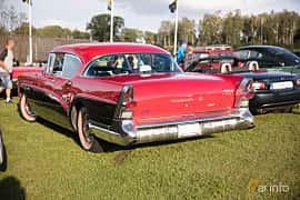 Bak/Sida av Buick Roadmaster 4-door Riviera Hardtop 6.0 V8 Automatic, 305ps, 1957 på Bil & Mc-café vid Tykarpsgrottan v.33 (2017)