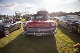 Fram av Buick Roadmaster 4-door Riviera Hardtop 6.0 V8 Automatic, 305ps, 1957 på Bil & Mc-café vid Tykarpsgrottan v.33 (2017)