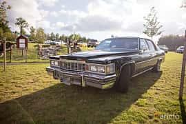 Fram/Sida av Cadillac Sedan de Ville 7.0 V8 Hydra-Matic, 182ps, 1978 på Bil & Mc-café vid Tykarpsgrottan v.33 (2017)