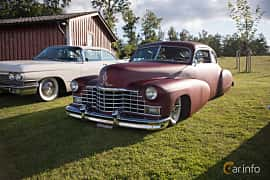 Fram/Sida av Cadillac Sixty-Two Club Coupé 5.7 V8 Hydra-Matic, 152ps, 1946 på Bil & Mc-café vid Tykarpsgrottan v.33 (2017)