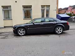 Side  of Chrysler 300C 5.7 V8 Automatic, 340ps, 2005