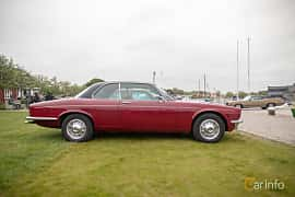 Sida av Daimler Sovereign Coupé 4.2 Manual, 186ps, 1975 på Veteranbilsträff i Vikens hamn  2019 Maj