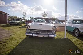Fram av Ford Fairlane Crown Victoria 4.5 V8 Automatic, 165ps, 1955 på Bil & Mc-café vid Tykarpsgrottan v.33 (2017)