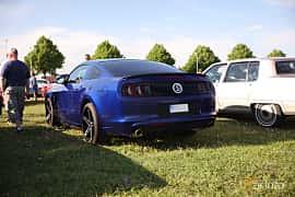 Bak/Sida av Ford Mustang GT 5.0 V8 Automatic, 426ps, 2014 på Tisdagsträffarna Vikingatider v.21 / 2018
