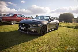Fram/Sida av Ford Mustang GT Convertible 5.0 V8 SelectShift, 440ps, 2017 på Bil & Mc-café vid Tykarpsgrottan v.33 (2017)