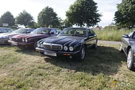 Front/Side  of Jaguar XJ 4.0 V8 Automatic, 284ps, 1999 at Tisdagsträffarna Vikingatider v.21 / 2018