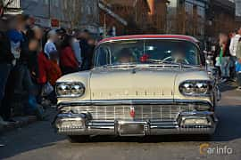 Front/Side of Oldsmobile 98 4-door Holiday Hardtop 6.1 V8 Automatic, 305ps, 1958
