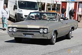 Fram/Sida av Oldsmobile F-85 Cutlass Convertible 5.4 V8 Automatic, 319ps, 1965 på Cruising Lysekil 2019