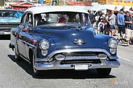 Fram/Sida av Oldsmobile Super 88 4-door Sedan 5.0 V8 Hydra-Matic, 167ps, 1953 på Cruising Lysekil 2019