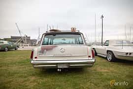 Back of Pontiac Bonneville Safari 6.4 V8 Hydra-Matic, 322ps, 1961 at Veteranbilsträff i Vikens hamn  2019 Maj