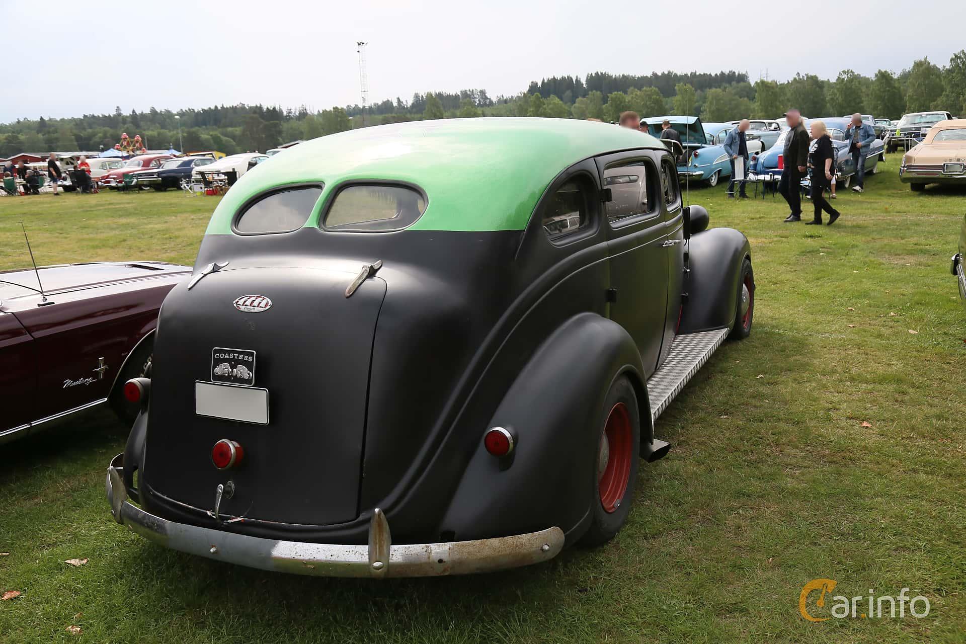 Back/Side of Plymouth Deluxe 4-door Sedan 3.3 Manual, 82ps, 1938 at Nostalgifestivalen i Vårgårda 2019
