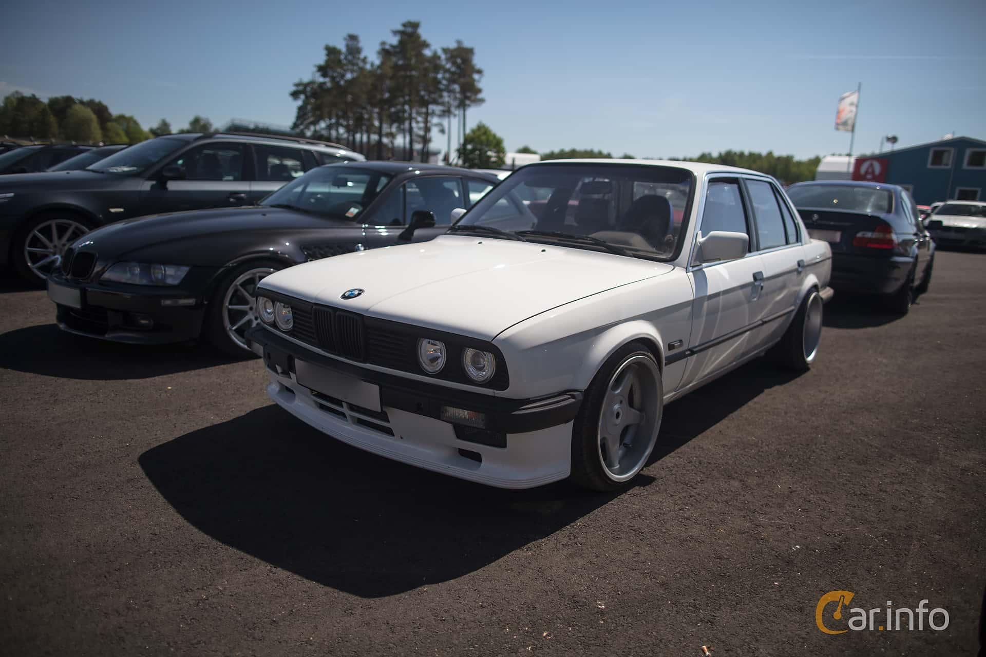 Front/Side of BMW 318i 4-door Sedan Manual, 105ps, 1985 at
