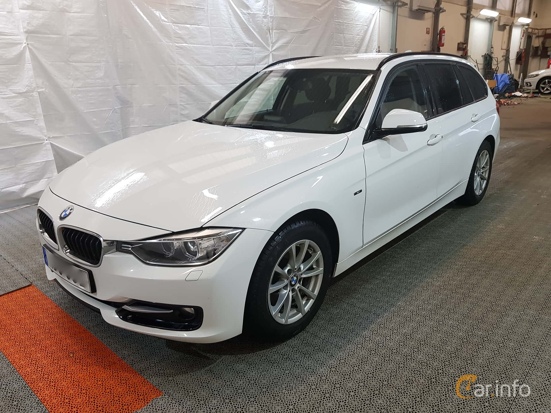 Front/Side of BMW 318d Touring Manual, 143ps, 2015