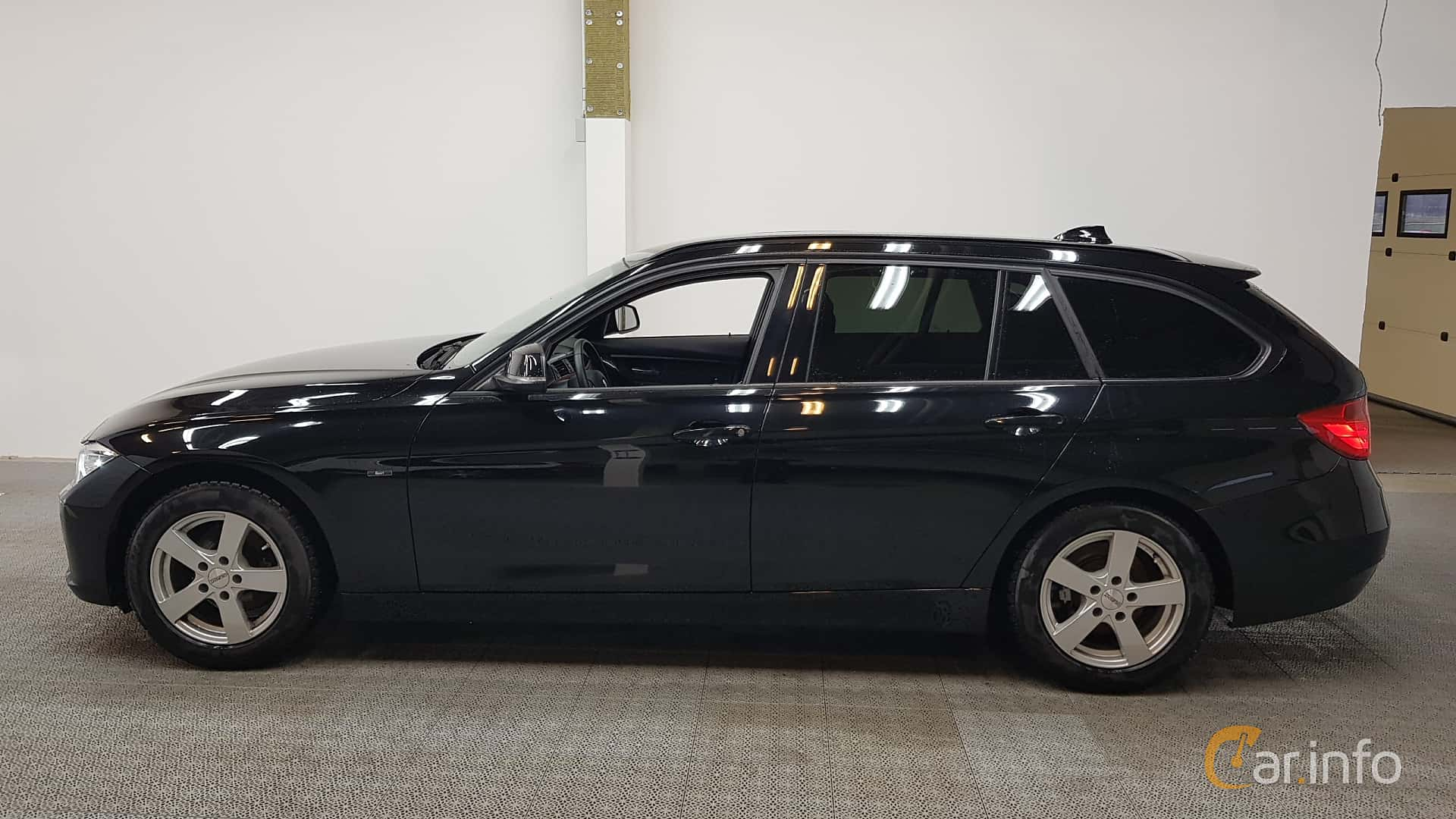 Side of BMW 318d Touring Manual, 143ps, 2015