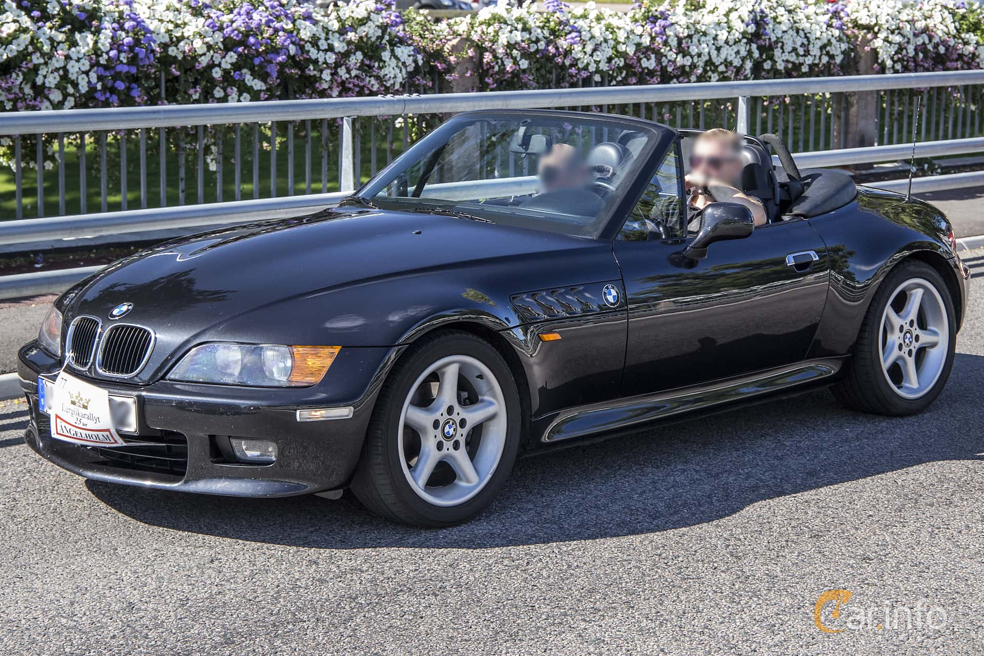 launching the bmw z3 roadster The bmw roadster z3 was introduced for the first time to the public in the central park the company also prepared the ground for the movie launch there were about 200 representatives of the media who were all there to get the first sight on the special effects of this luxurious car.