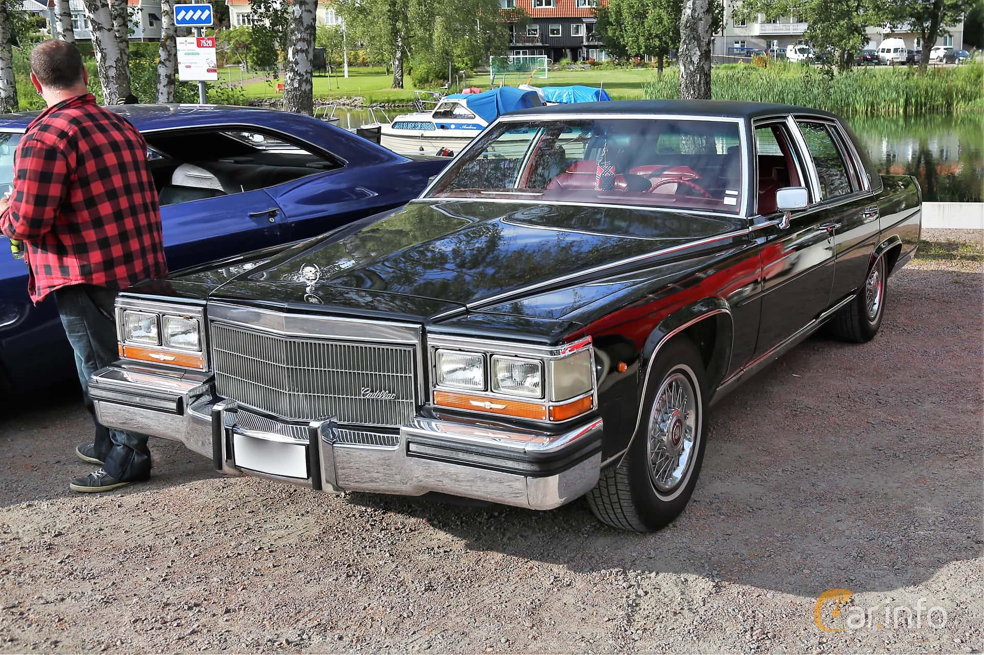 Front/Side  of Cadillac Fleetwood Brougham Sedan 5.0 V8 Automatic, 142ps, 1986 at Kungälvs Kulturhistoriska Fordonsvänner  2019 Torsdag vecka 31