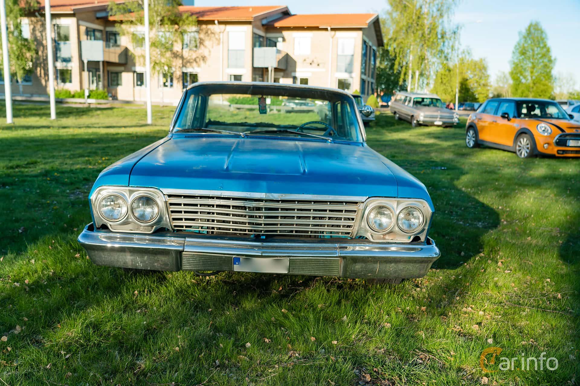 """Front  of Chevrolet Impala Sedan 3.9 Powerglide, 137ps, 1962 at Nyköpings hamnträffar 2019 Vecka 20  Tema: """"Kvinnor vid ratten"""""""
