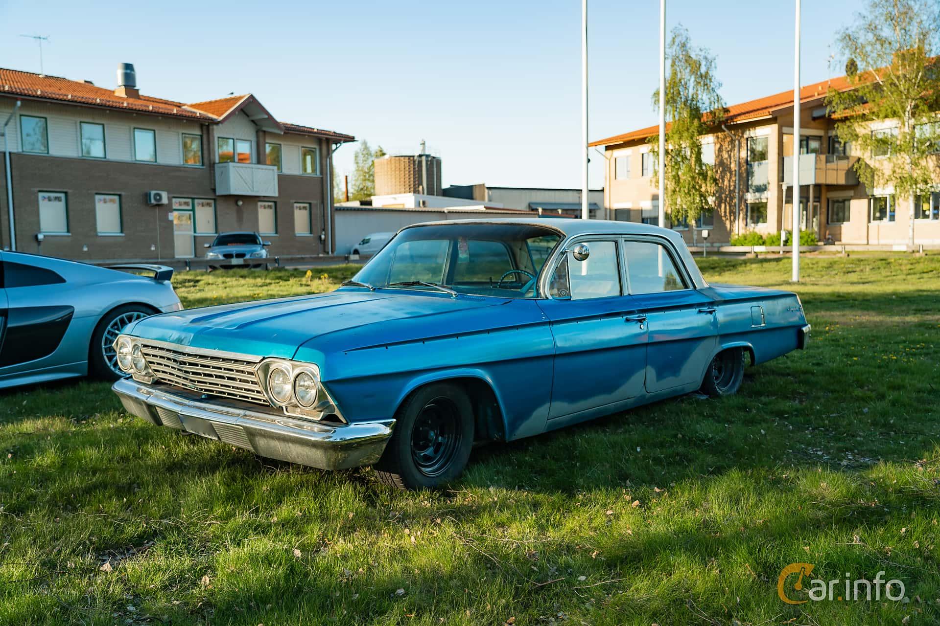 """Front/Side  of Chevrolet Impala Sedan 3.9 Powerglide, 137ps, 1962 at Nyköpings hamnträffar 2019 Vecka 20  Tema: """"Kvinnor vid ratten"""""""