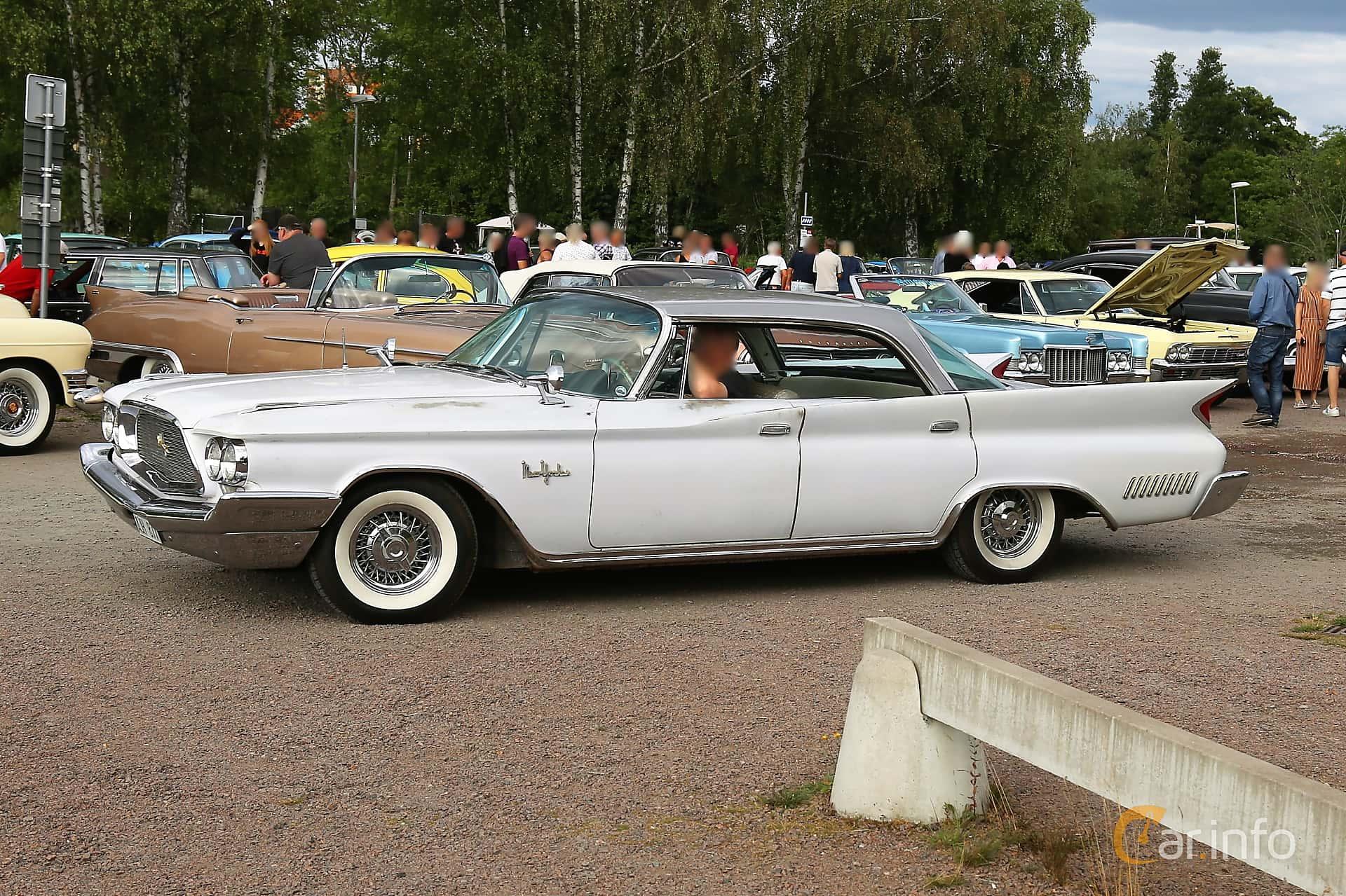 Fram/Sida av Chrysler New Yorker 4-door Hardtop 6.8 V8 TorqueFlite, 355ps, 1960 på Kungälvs Kulturhistoriska Fordonsvänner  2019 Torsdag vecka 31