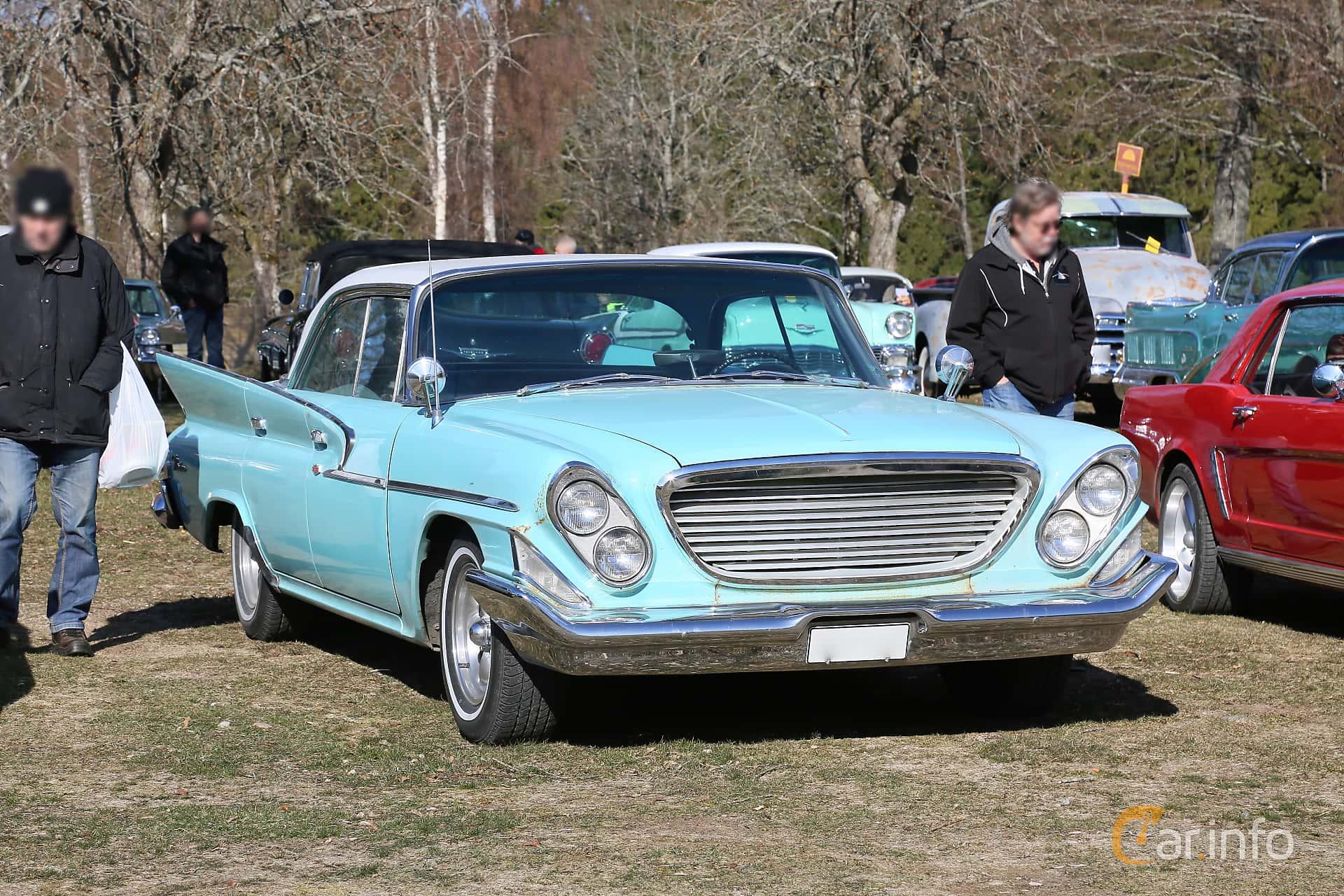 Front/Side  of Chrysler Windsor 4-door Hardtop 6.3 V8 TorqueFlite, 309ps, 1961 at Uddevalla Veteranbilsmarknad Backamo, Ljungsk 2019