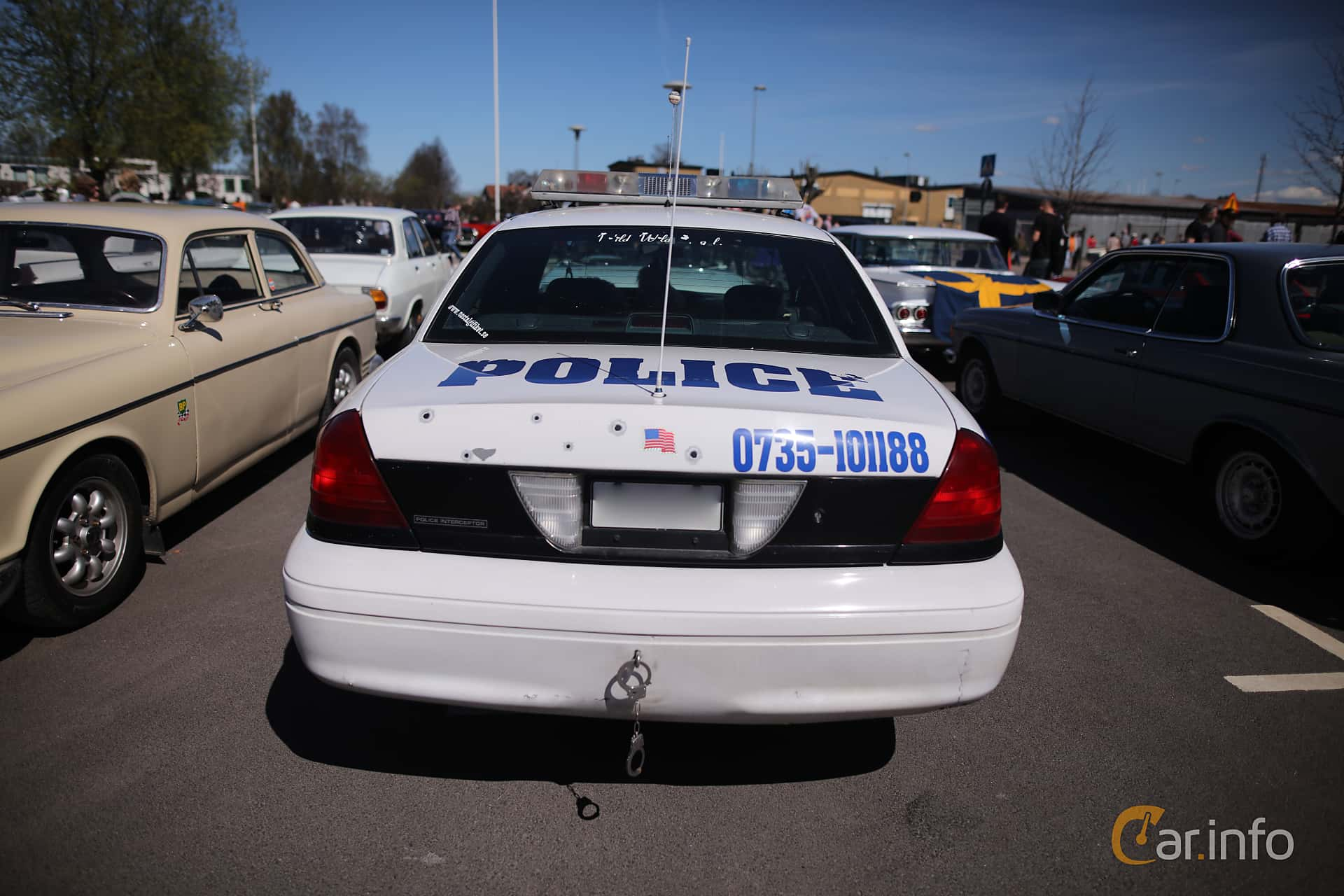 2 images of Ford Crown Victoria 4 6 V8 Automatic 223hp 2001 by