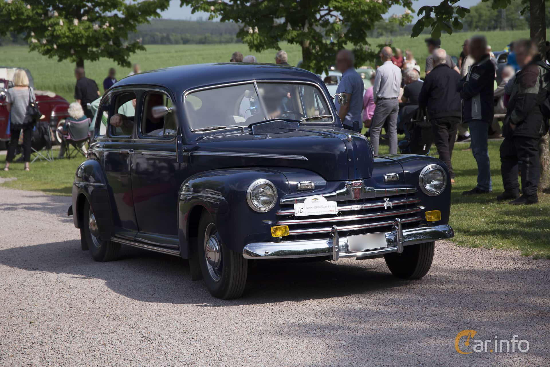 Front/Side of Ford Deluxe Fordor Sedan 3.9 V8 Manual, 102ps, 1946 at