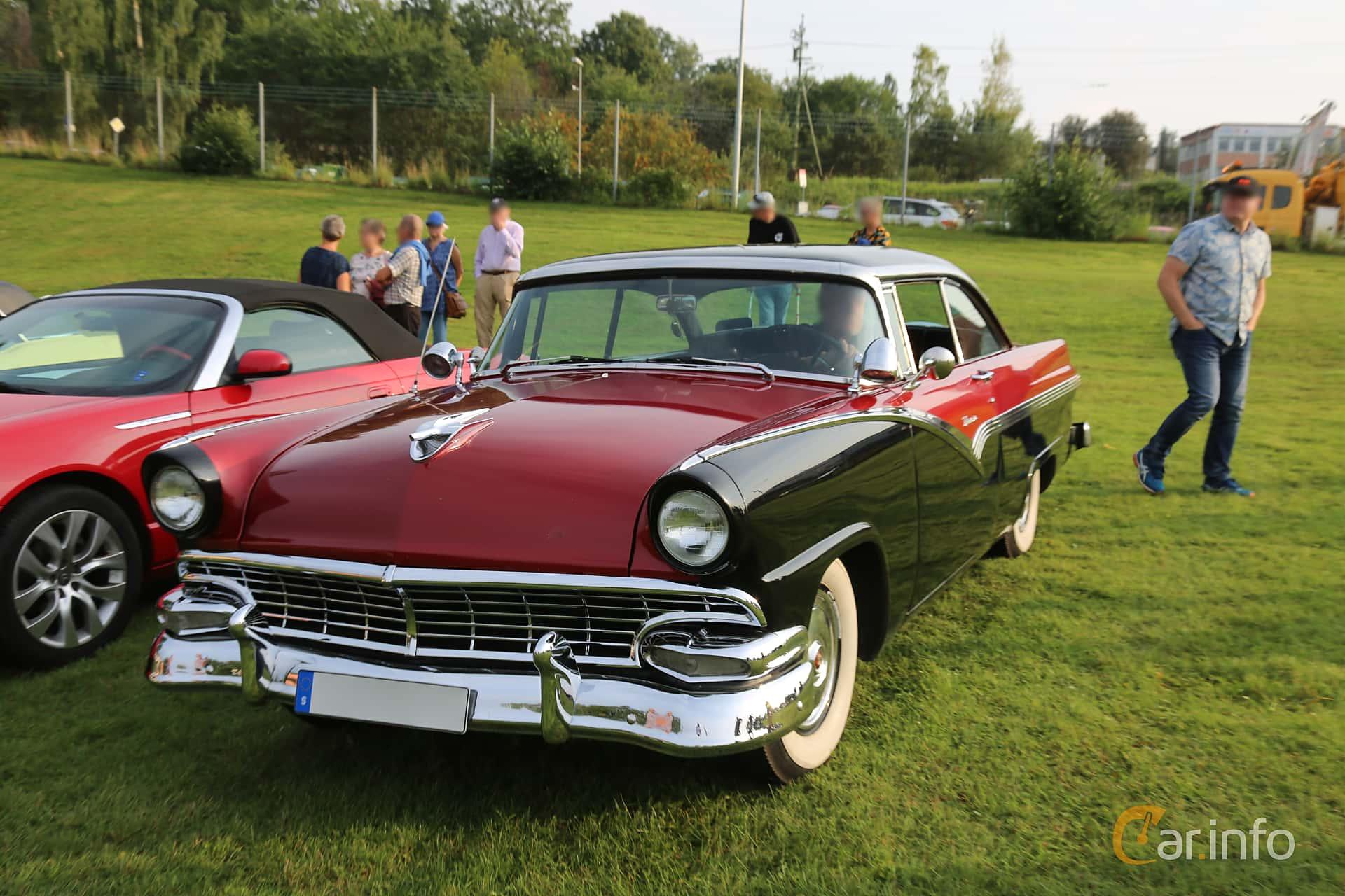 Front/Side  of Ford Fairlane Victoria 4.8 V8 Automatic, 205ps, 1956 at Bil & MC-träffar i Huskvarna Folkets Park 2019 Amerikanska fordon