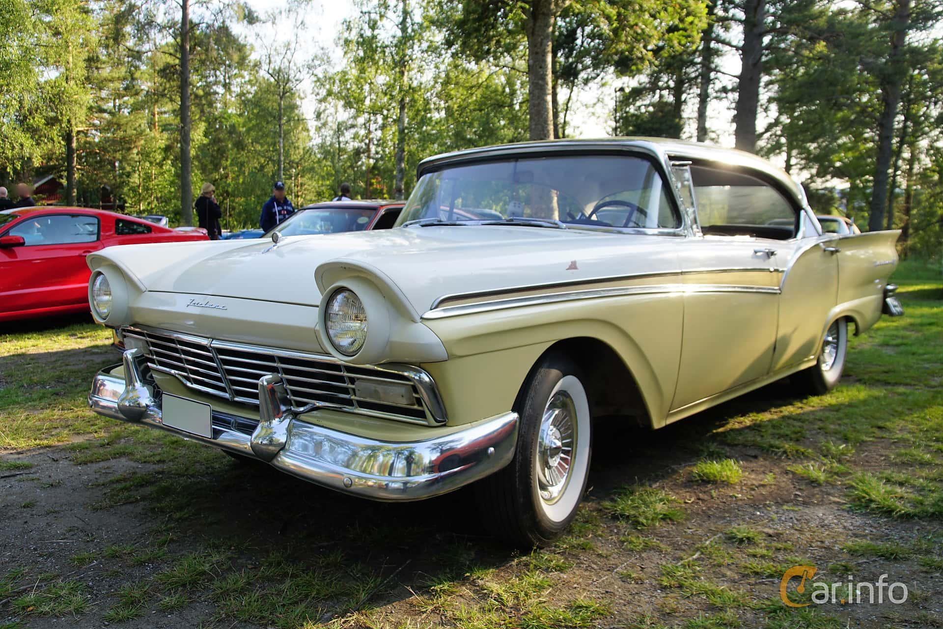 Front/Side  of Ford Fairlane 500 Town Victoria 5.1 V8 Automatic, 249ps, 1957 at Onsdagsträffar på Gammlia Umeå 2019 vecka 28