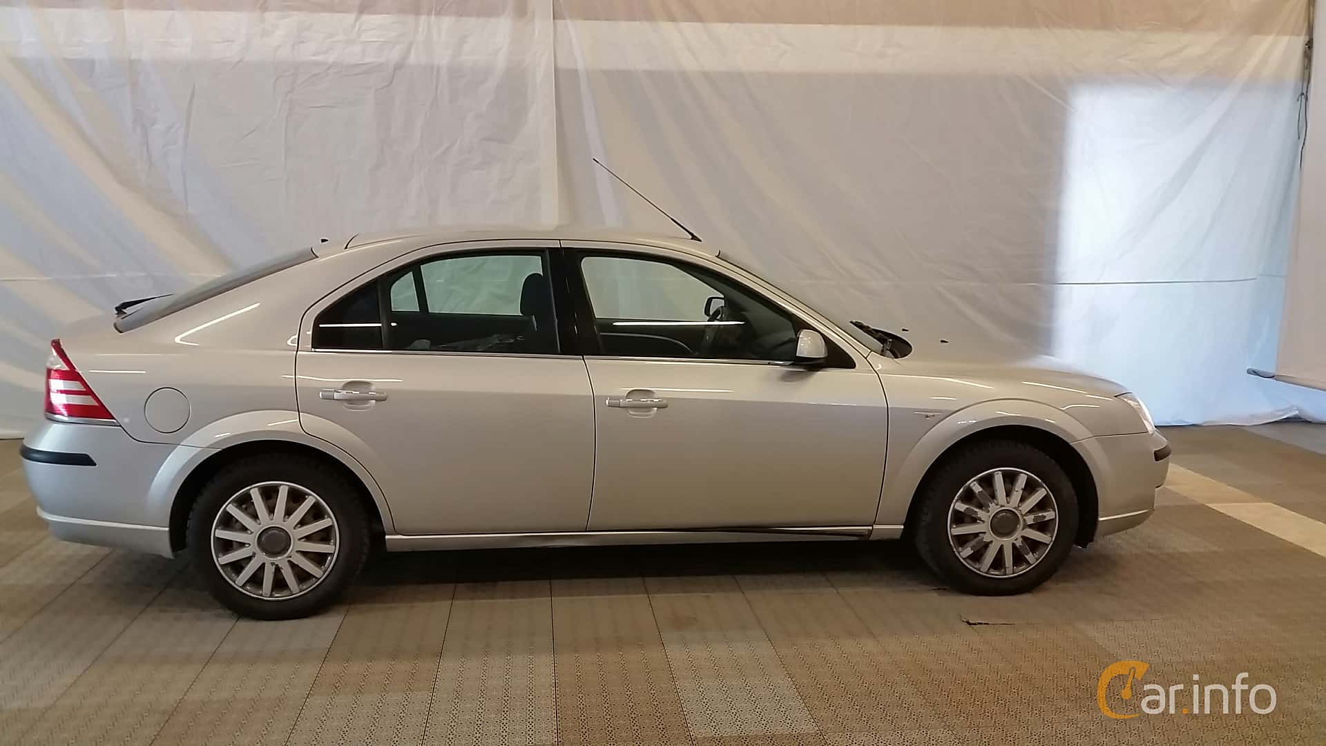 Side of Ford Mondeo Hatchback 2.0 Manual, 145ps, 2005