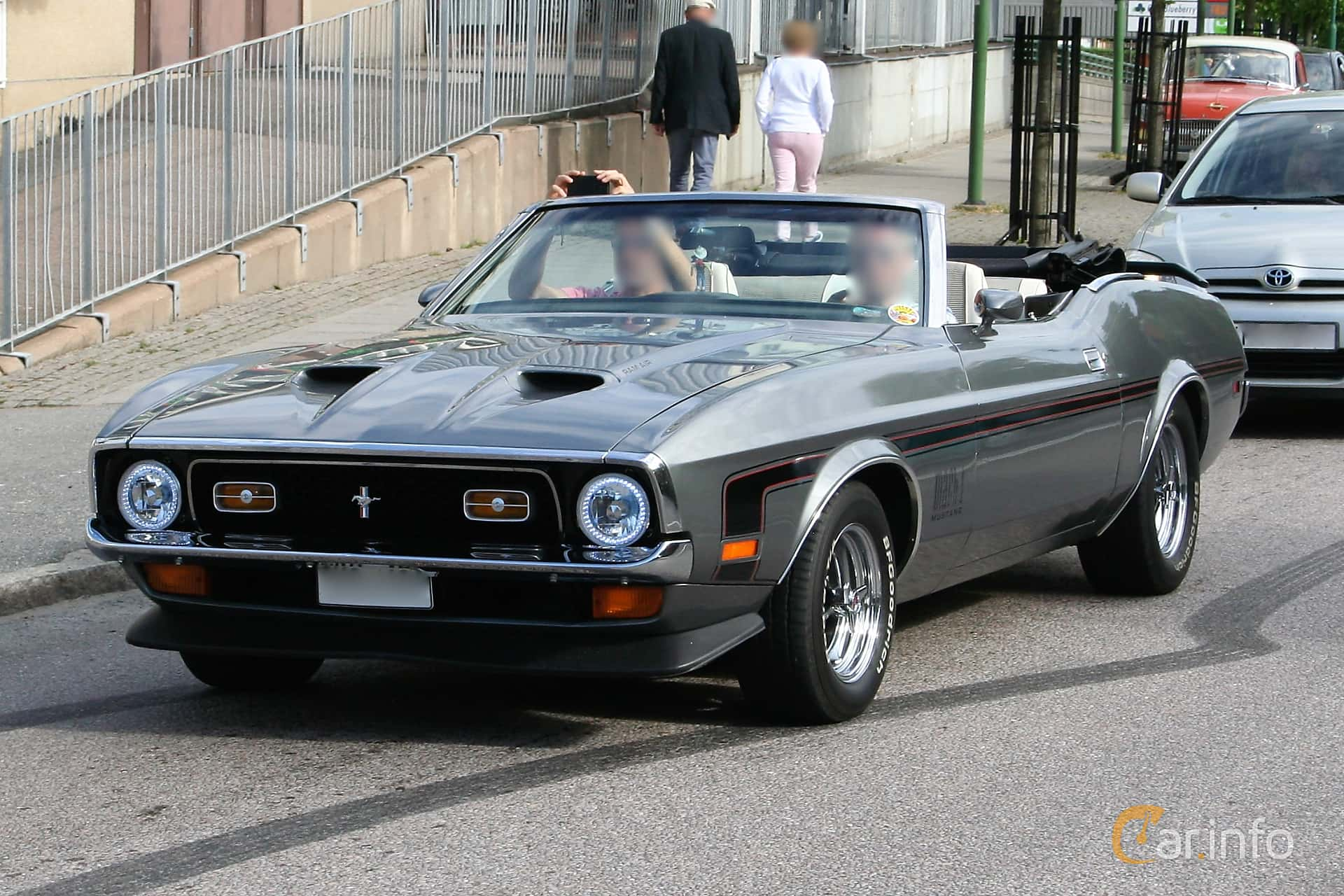 Front side of ford mustang convertible 4 9 v8 automatic 137ps 1972 at kungälvscruisingen