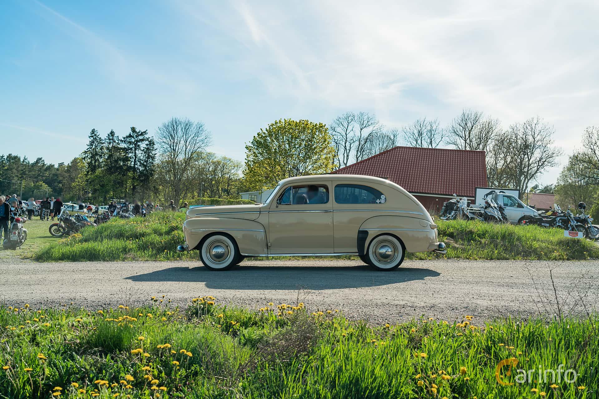 Ford Super Deluxe Tudor Sedan 3.9 V8 Manual, 102hp, 1948 at Motorträffar på Nifsta Gård (v.20 2019)