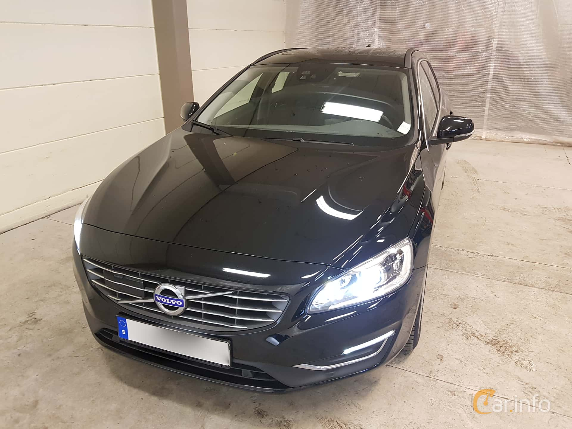 Front/Side  of Volvo V60 D3 Geartronic, 150ps, 2017