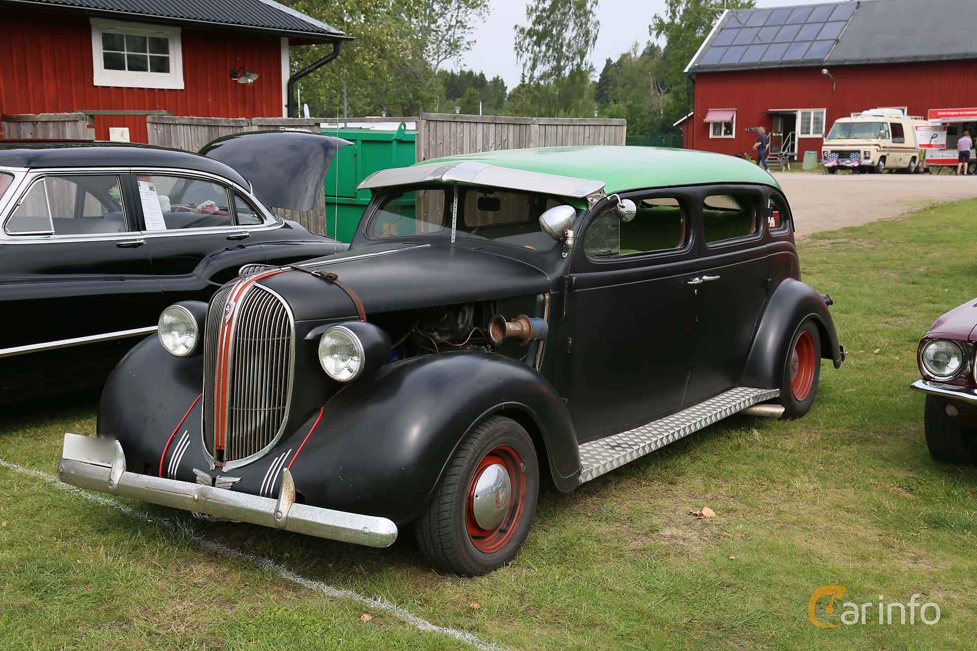 Front/Side  of Plymouth Deluxe 4-door Sedan 3.3 Manual, 82ps, 1938 at Nostalgifestivalen i Vårgårda 2019