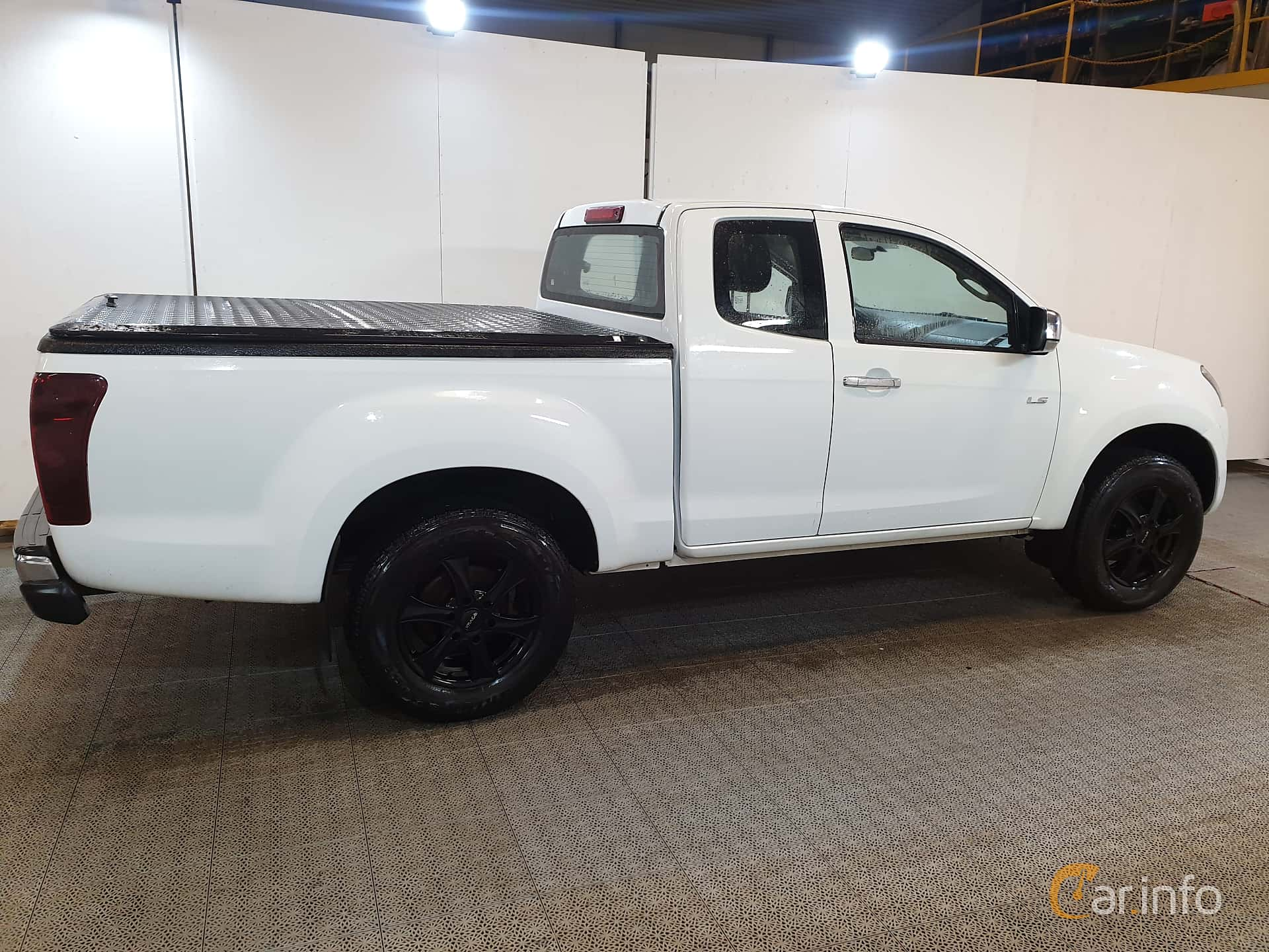 Side  of Isuzu D-Max Space Cab 2.5 4WD Automatic, 163ps, 2016