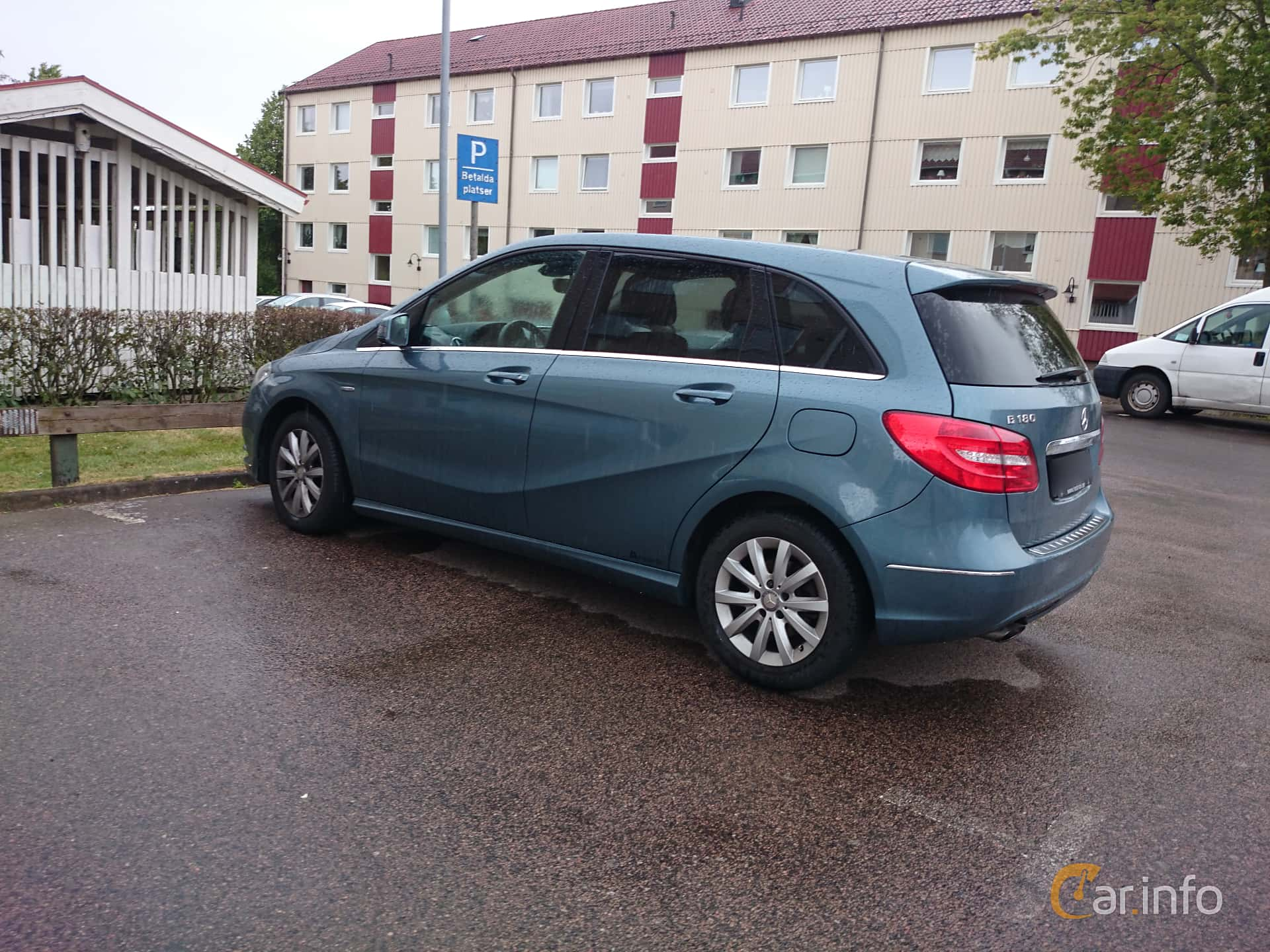 Side of Mercedes-Benz B 180 CDI BlueEFFICIENCY Manual, 109ps, 2012