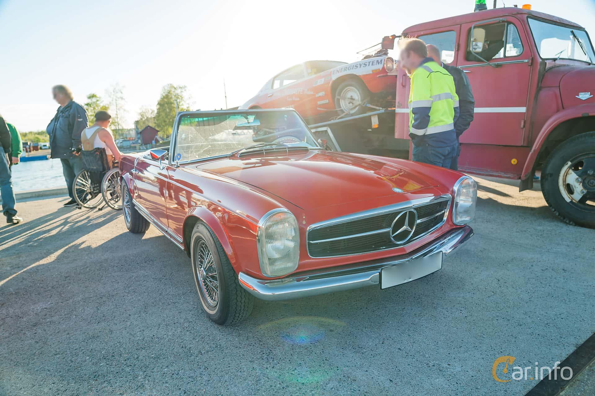 """Mercedes-Benz 230 SL  Manual, 150hp, 1965 at Nyköpings hamnträffar 2019 Vecka 20  Tema: """"Kvinnor vid ratten"""""""