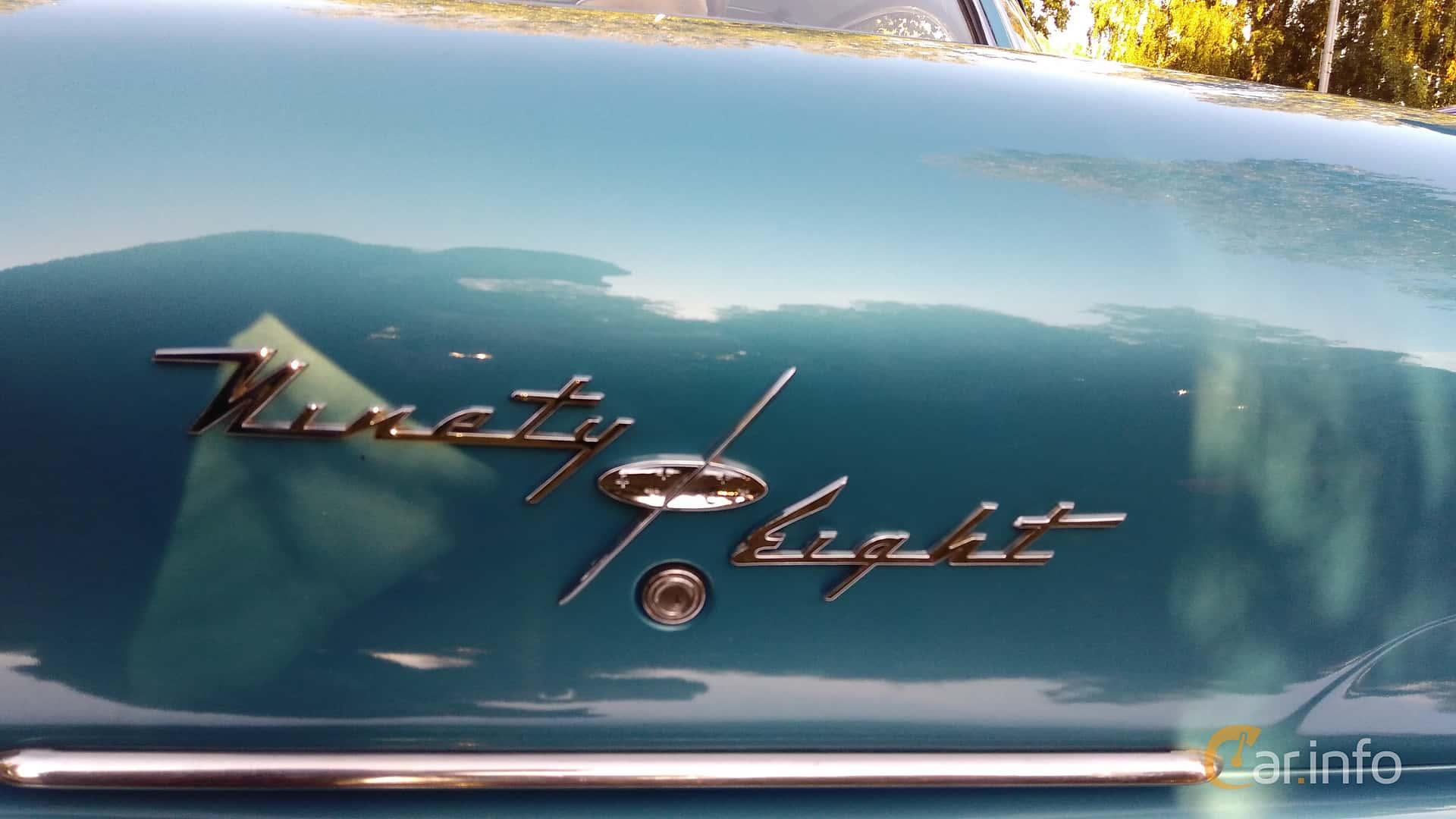Oldsmobile Starfire 98 Holiday Sedan 6.1 V8 Hydra-Matic, 281hp, 1957 at Onsdagsträffar på Gammlia Umeå v.35 / 2017
