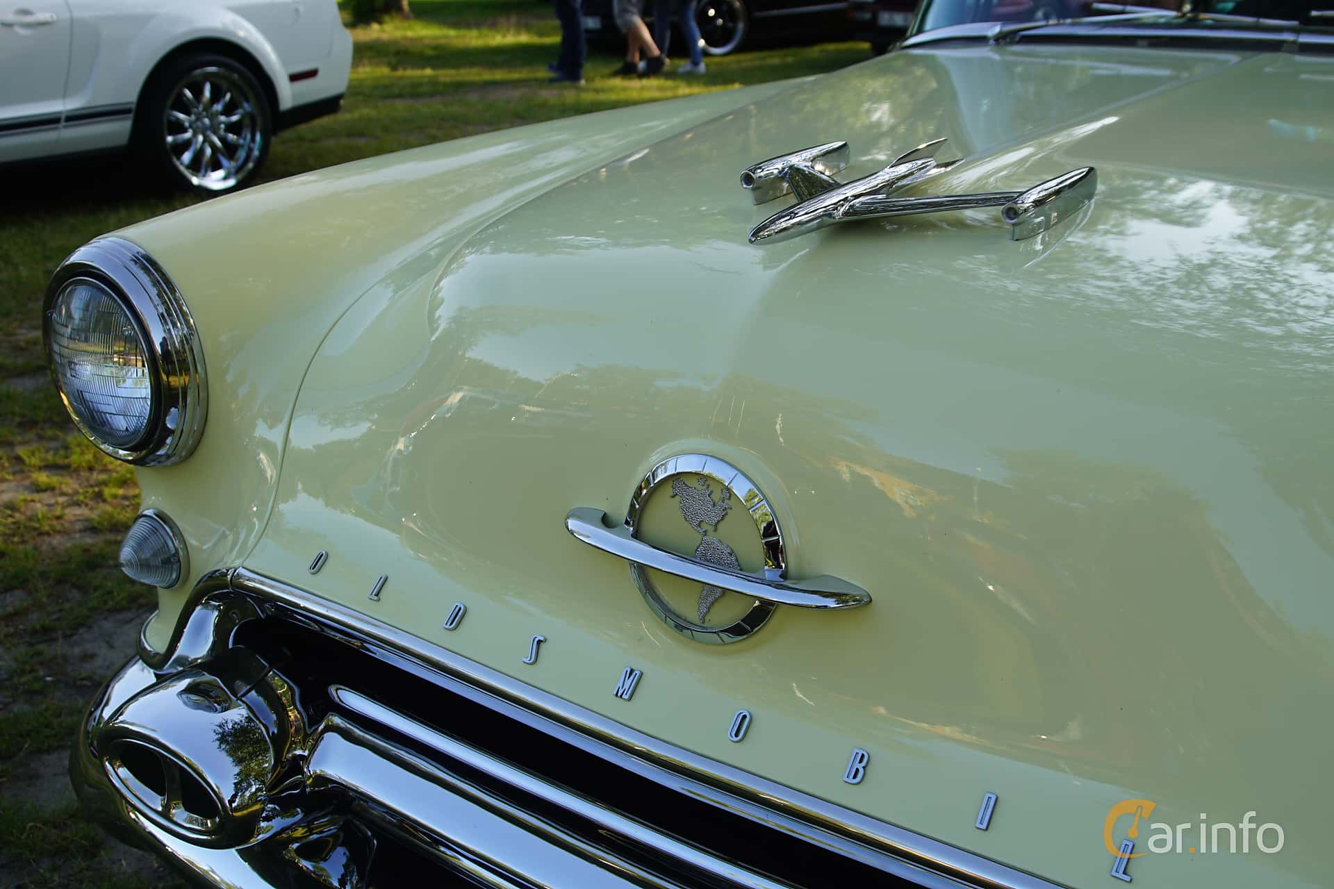 Close-up of Oldsmobile Ninety-Eight Holiday Coupé 5.3 V8 Hydra-Matic, 188ps, 1954 at Onsdagsträffar på Gammlia Umeå 2019 vecka 28