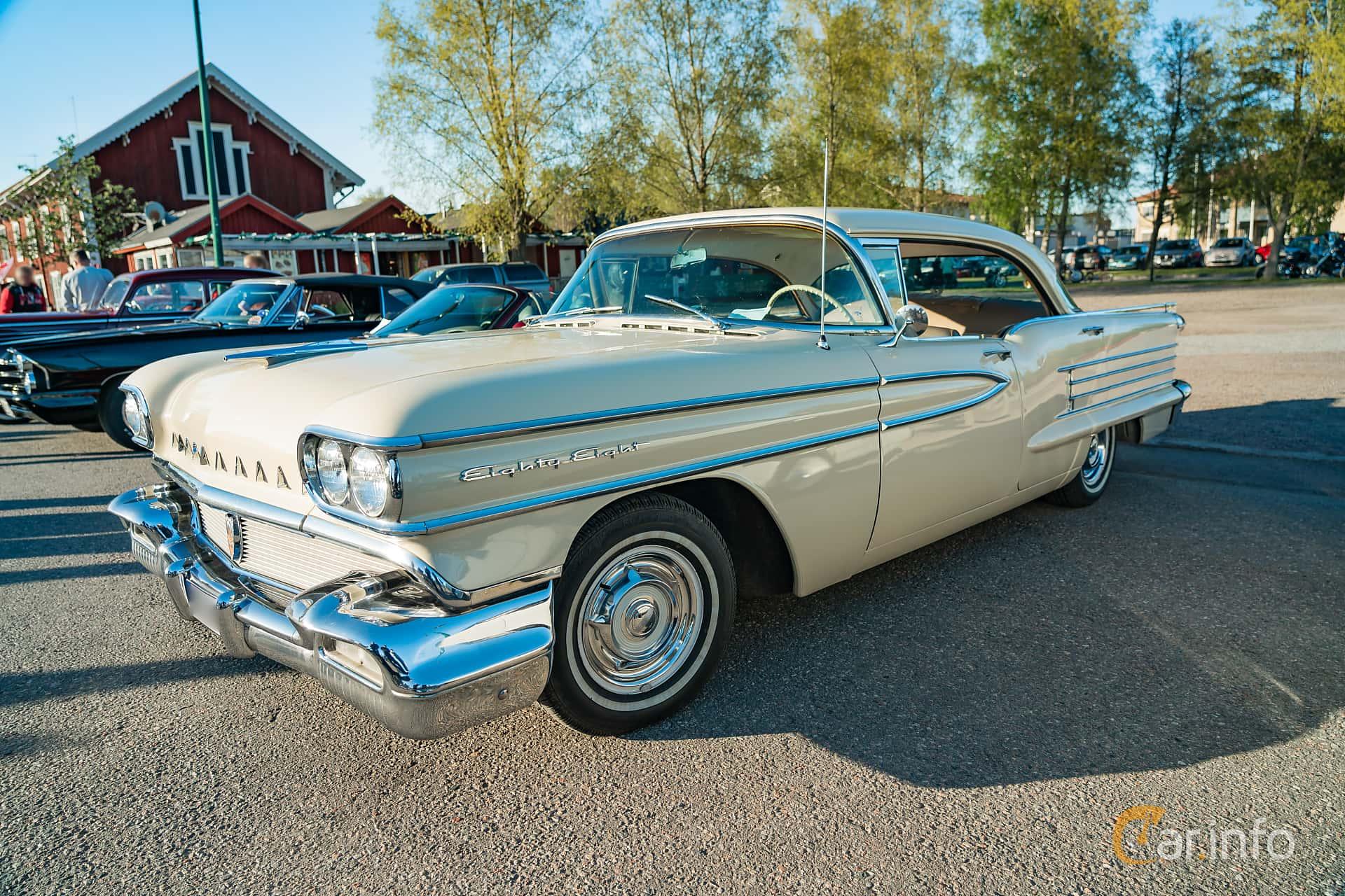"""Front/Side  of Oldsmobile Dynamic 88 Holiday Sedan 6.1 V8 Hydra-Matic, 269ps, 1958 at Nyköpings hamnträffar 2019 Vecka 20  Tema: """"Kvinnor vid ratten"""""""