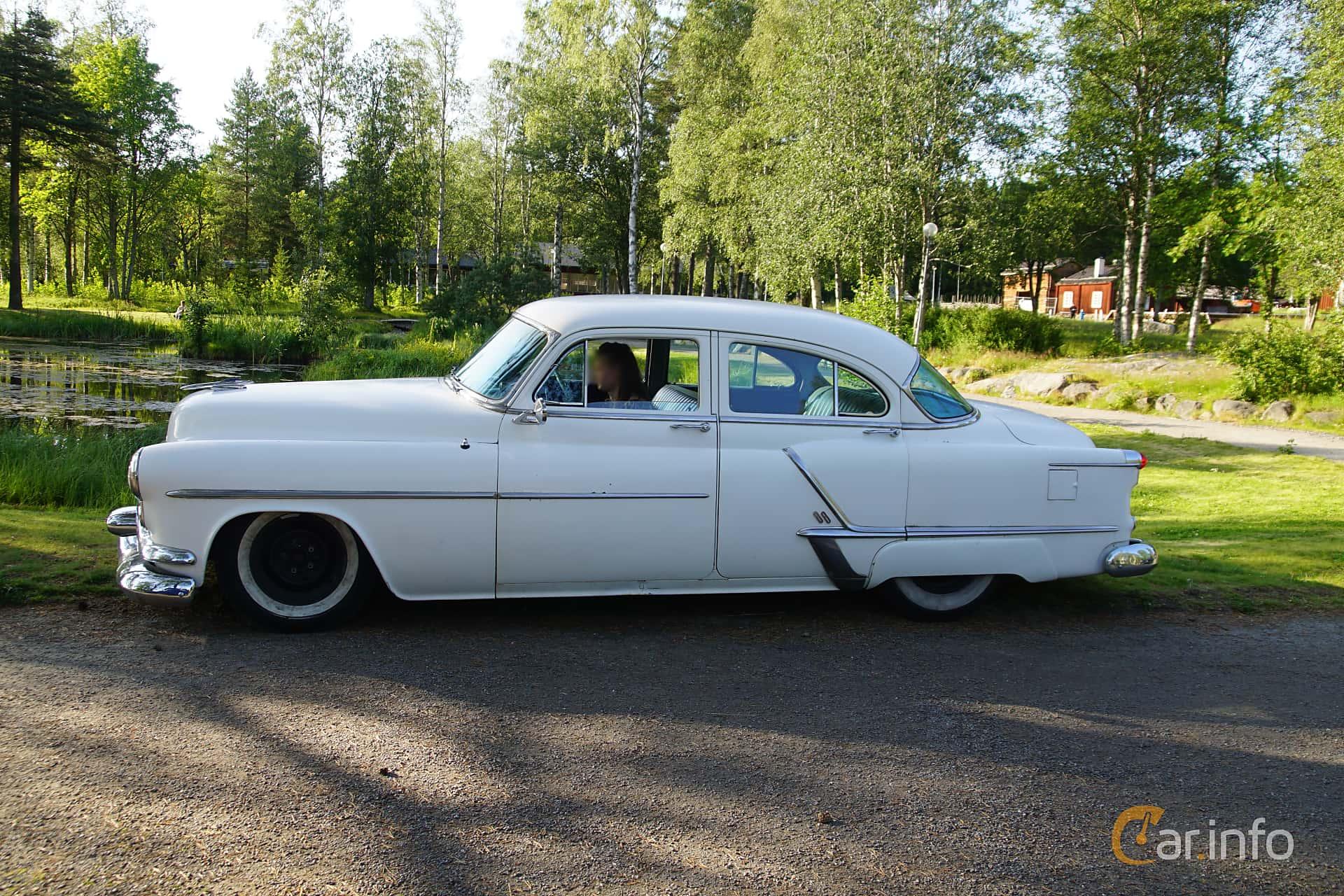 Side  of Oldsmobile Super 88 4-door Sedan 5.0 V8 Hydra-Matic, 167ps, 1953 at Onsdagsträffar på Gammlia Umeå 2019 vecka 28
