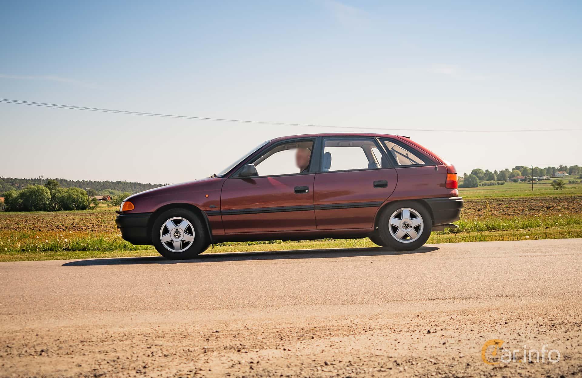 opel-astra-5-door-side-tjoloholm-classic-motor-2018-1-550506.jpg