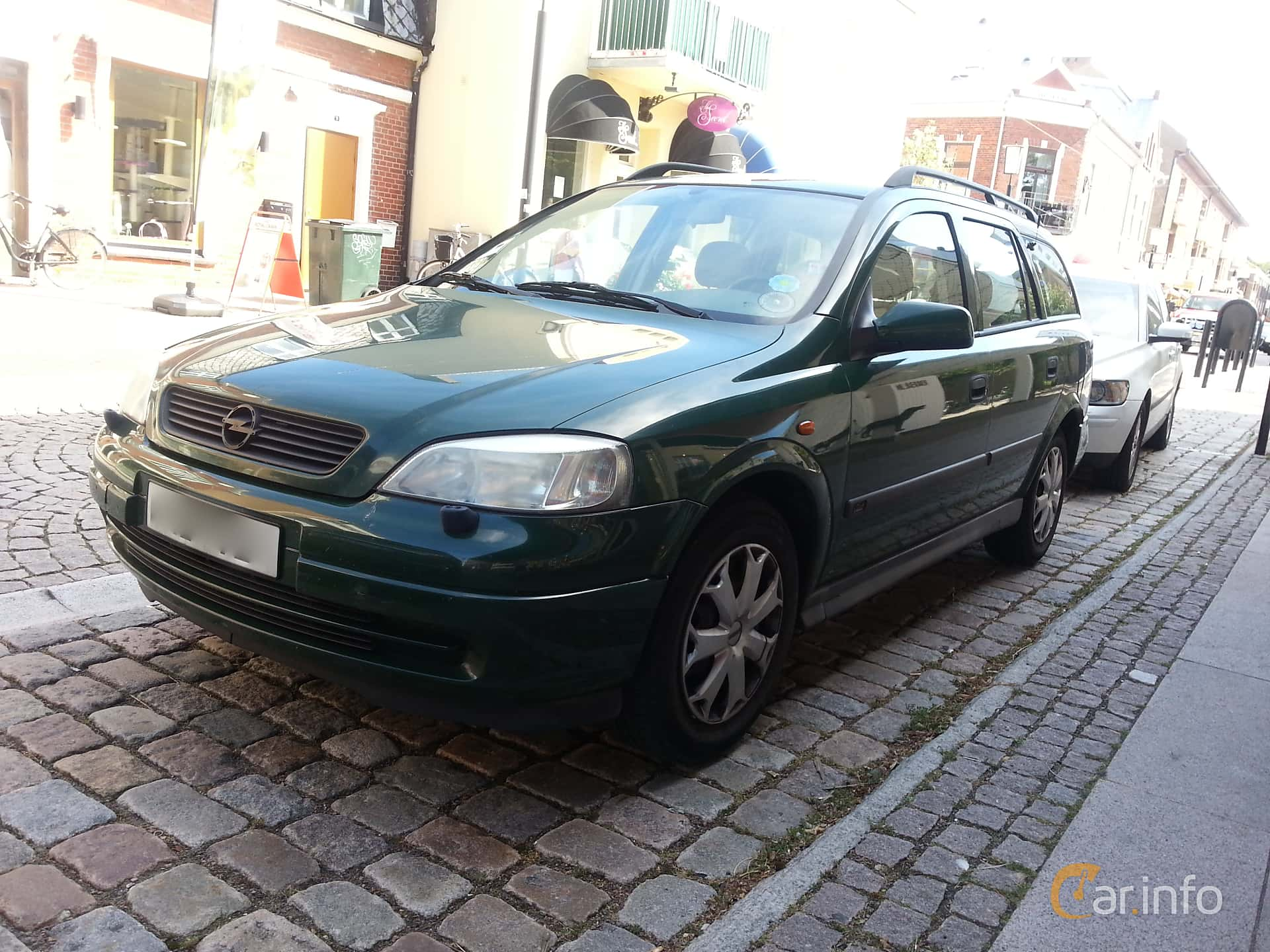 Front/Side of Opel Astra Caravan 1.6 Manual, 101ps, 1998