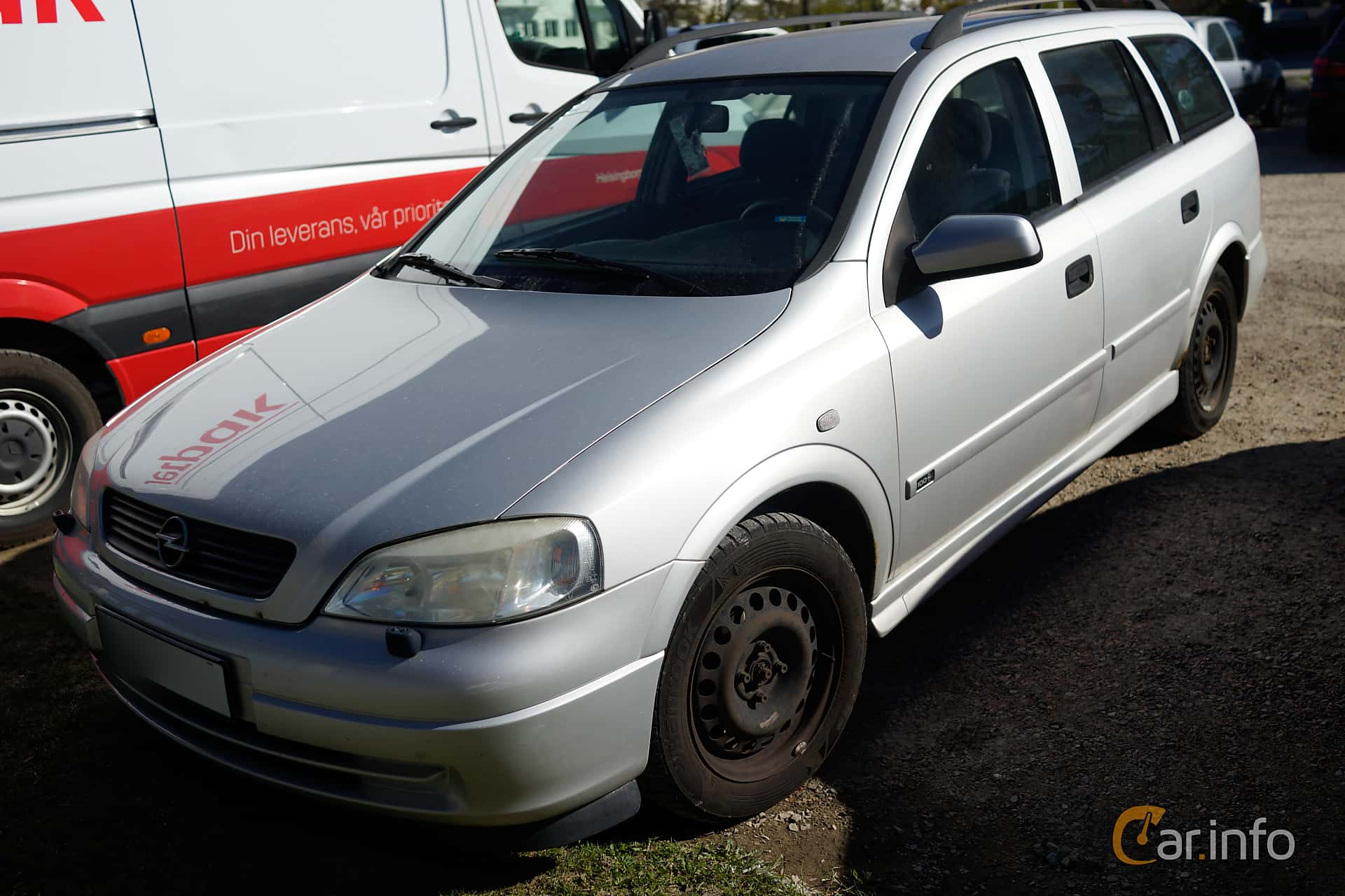 Front/Side of Opel Astra Caravan 1.6 Manual, 101ps, 1999