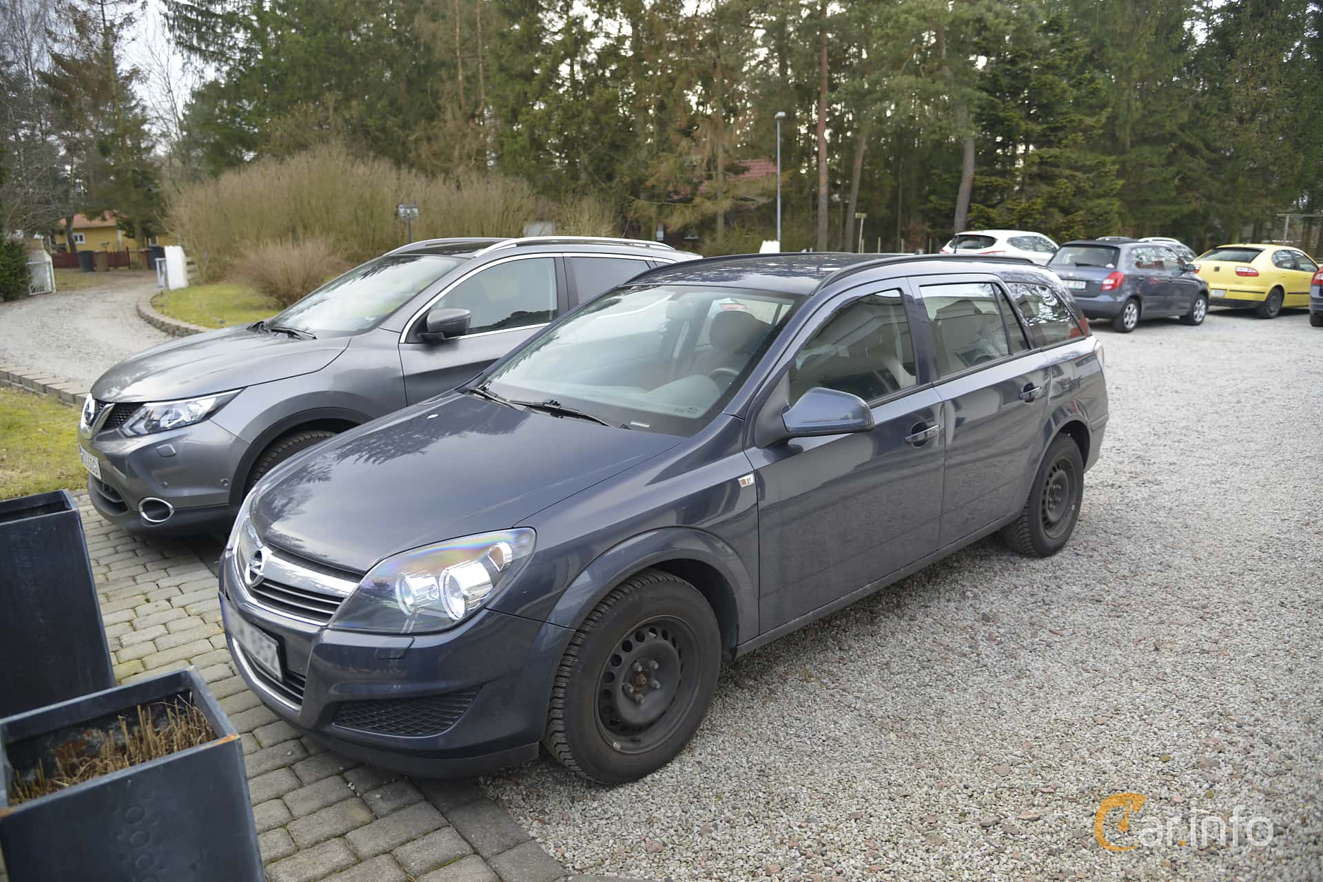 Front/Side of Opel Astra Caravan 1.6 Manual, 115ps, 2011