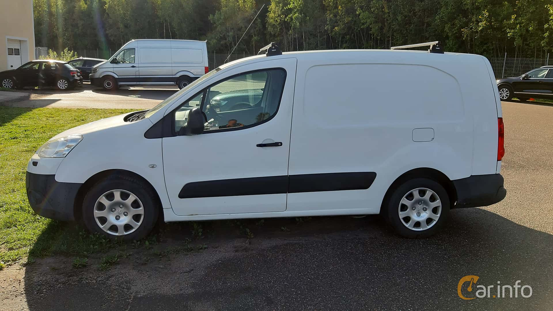 Side  of Peugeot Partner Van 1.6 HDi Manual, 90ps, 2009