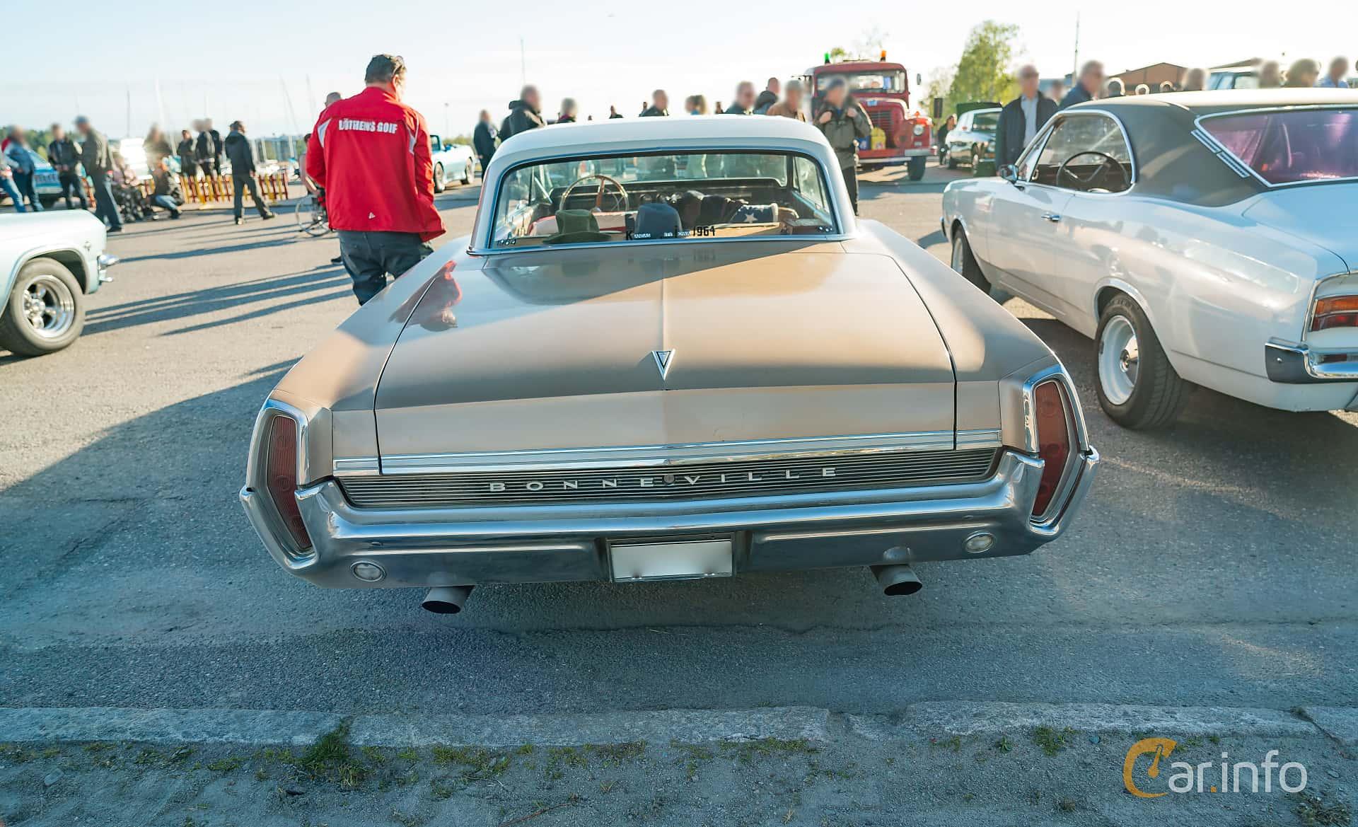 """Back of Pontiac Bonneville 2-door Hardtop 6.4 V8 Hydra-Matic, 310ps, 1964 at Nyköpings hamnträffar 2019 Vecka 20  Tema: """"Kvinnor vid ratten"""""""