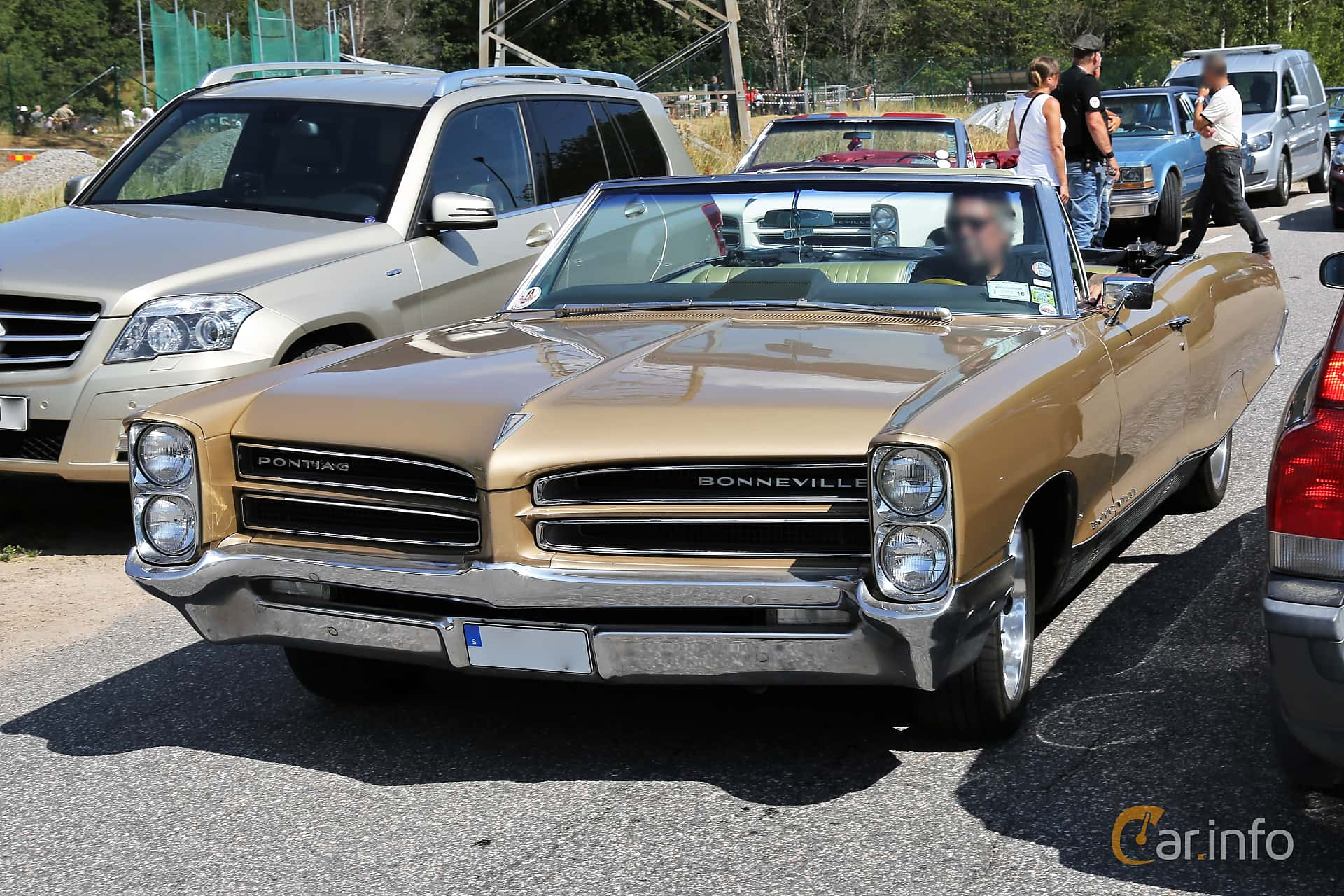 Front/Side  of Pontiac Bonneville Convertible 6.4 V8 Hydra-Matic, 329ps, 1966 at A-bombers - Old Style Weekend Backamo 2019