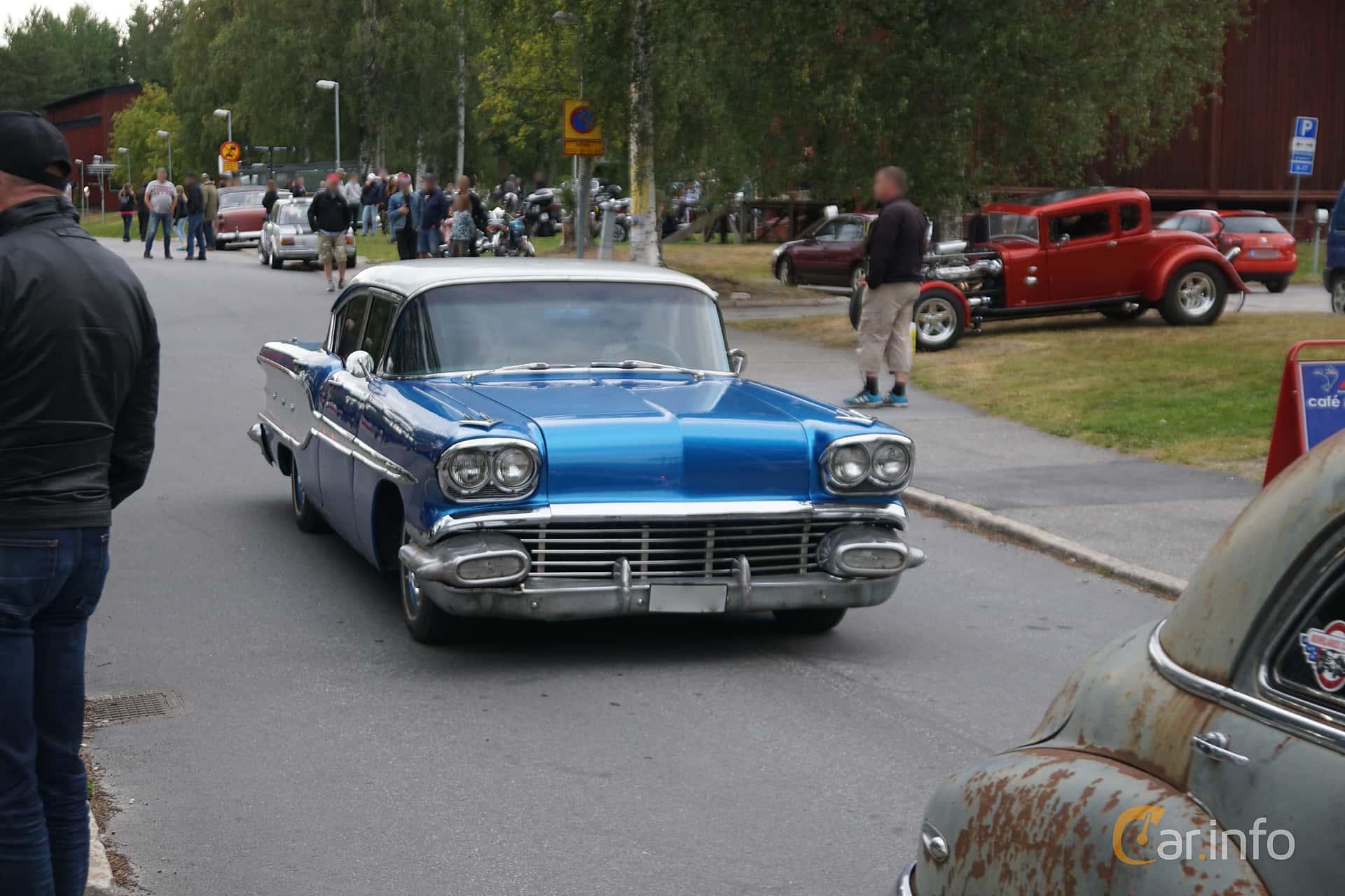 Front/Side  of Pontiac Chieftain 4-door Sedan 6.1 V8 Hydra-Matic, 273ps, 1958 at Onsdagsträffar på Gammlia Umeå 2019 vecka 32