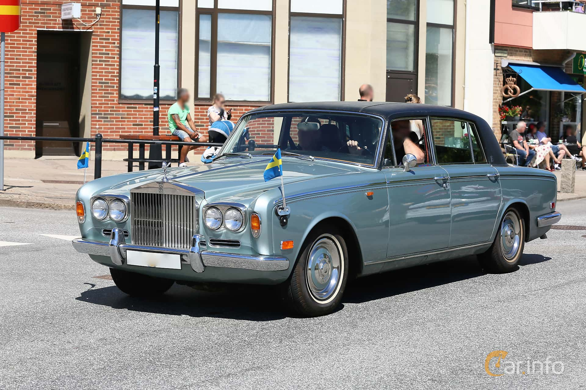 Front/Side  of Rolls-Royce Silver Shadow 4-door 6.8 V8 Automatic, 200ps, 1972 at Cruising Lysekil 2019